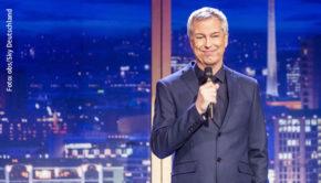 """Drei Staffeln des von Thomas Hermanns erfundenen """"Quatsch Comedy Clubs"""" hat Sky mittlerweile ausgestrahlt. Nun unterstützt der Pay-TV-Sender auch die gleichnamigen Live-Bühnen, die ihr Programm derzeit aufgrund der Corona-Krise nicht spielen können. (Foto: obs/Sky Deutschland)"""