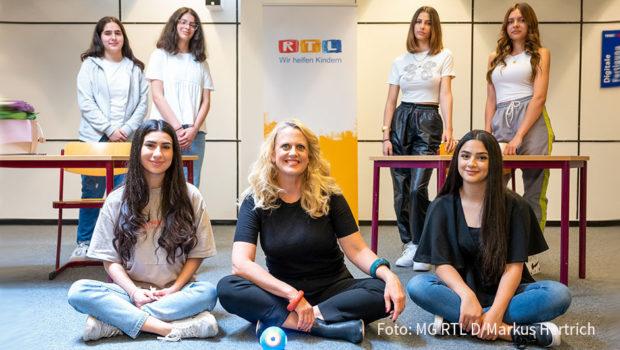 """Barbara Schöneberger setzt sich dafür ein, dass Mädchen jenseits klassischer Frauenberufe eine berufliche Perspektive sehen. Die Entertainerin unterstützt das DKJS-Projekt """"Mädchen stärken""""- auch im Rahmen des RTL-Spendenmarathons im November. (Foto: MG RTL D/Markus Hertrich)"""