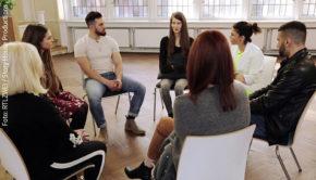 """Sie reden über Tabuthemen und machen anderen Betroffenen Mut, sich mit ihren Traumata auseinanderzusetzen: In """"Die Gruppe – Schrei nach Leben"""" gewährt RTLzwei Einblicke in das Leben junger Erwachsener mit psychischen Problemen. (Foto: RTLzwei / Story House Productions)"""