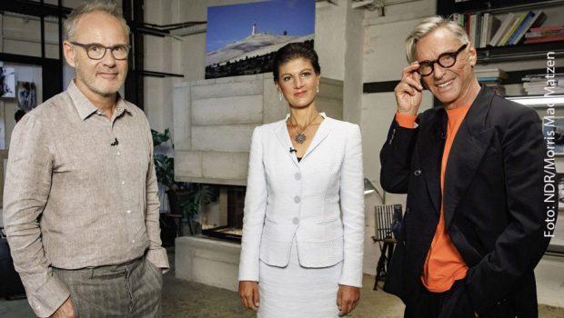 """NDR Fernsehen REINHOLD BECKMANN TRIFFT..., """"Wolfgang Joop und Sahra Wagenknecht"""", am Montag (09.07.18) um 23:00 Uhr. Gastgeber Reinhold Beckmann begrüßt in der ersten Ausgabe seiner neuen Talkshow 'Reinhold trifft...', die Politikerin Sahra Wagenknecht und den Modedesigner Wolfgang Joop. Weitere Fotos erhalten Sie auf Anfrage. © NDR/Morris Mac Matzen, honorarfrei - Verwendung gemäß der AGB im engen inhaltlichen, redaktionellen Zusammenhang mit genannter NDR-Sendung bei Nennung """"Bild: NDR/Morris Mac Matzen"""" (S2). NDR Presse und Information/Fotoredaktion, Tel: 040/4156-2306 oder -2305, pressefoto@ndr.de"""