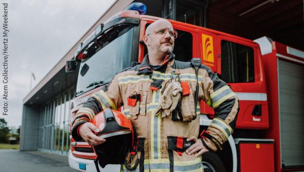 Für eine Schweizer Tourismus-Kampagne des Autovermieters Hertz zeigt Spitzenkoch René Schudel die Vorzüge seiner Heimatregion um Interlaken im Berner Oberland. Dabei geht's auch um sein Engagement als Feuerwehrmann. (Foto: Atem Collective/Hertz MyWeekend)