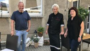 """Die jüngste Folge von """"Rosins Restaurants – Jetzt erst recht!"""" führt das Experten-Team um Frank Rosin morgen nach Sachsen, wo Inko und Cornelia Bode im Lokal """"Zum Kastanienhof"""" Hilfe brauchen. (Foto: Kabel Eins)"""