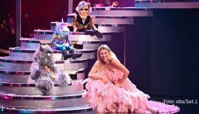 """Die große Showtreppe wird heute Abend aufgefahren, wenn Sat.1 die erste Ausgabe der neuen Show """"Pretty in Plüsch"""" ausstrahlt. Moderatorin Michelle Hunziker führt durch die Wettbewerb, in dem sechs Puppen mit jeweils einem Prominenten im Duett singen. (Foto: obs/Sat.1)"""