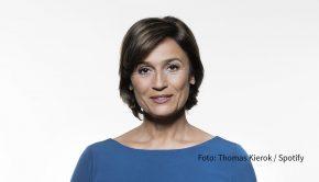 In der neuesten Ausgabe ihres Podcasts bei Spotify und in der ARD Mediathek spricht Sandra Maischberger mit der Autorin, Kolumnistin und Podcasterin Samira El Ouassil. Es geht um Home-Office, Joe Biden und Humor in der Politik. (Foto: Thomas Kierok/Spotify)