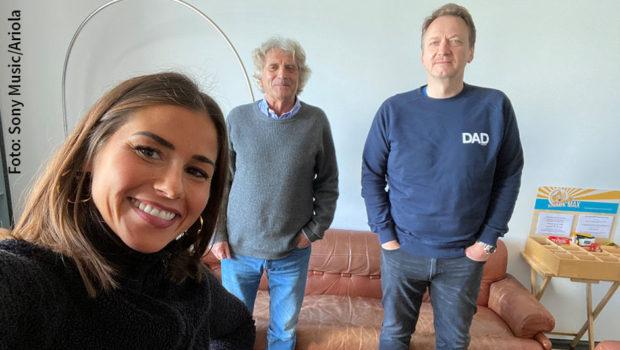 Bei dem traditionsreichen Sony Music-Label Ariola hat Entertainerin Sarah Lombardi einen Plattenvertrag unterschrieben. Gemeinsam mit Manager Alexander Elbertzhagen und Ariola-Chef Markus Hartmann startet sie nun musikalisch neu durch. (Foto: Sony Music/Ariola