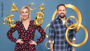 """Jetzt sind alle Details zu den beiden neuen Vorabend-Quizshows von Sat.1 offiziell: Ruth Moschner wird ab Herbst wochentags """"Buchstaben Battle"""" moderieren, während Steven Gätjen als Gastgeber von """"5 Gold Rings"""" auftritt. (Foto: obs/Sat.1)"""