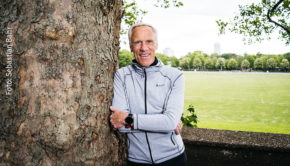 100 Jahre alt werden und trotzdem fit bleiben – geht das? Dieser Frage widmet sich der Kölner Sportwissenschaftler und Gesundheitsexperte Prof. Dr. Ingo Froböse in seinem neuen Buch. (Foto: Sebastian Bahr