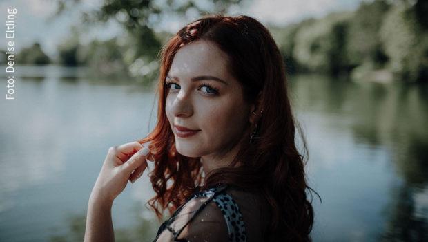 """Am Freitag erscheint bei Sony Music """"Perseiden"""", die neue Single von Silvi Carlsson. Die Singer-Songwriterin, die sich als Youtuberin für Female Empowerment einsetzt und damit für viele junge Frauen eine Identifikationsfigur ist, zeigt sich dabei von ihrer verletzlichen und reflektierten Seite. (Foto: Denise Eltling)"""