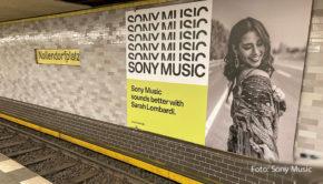 Sony Music wirbt derzeit auf Großplakaten mit Sarah Lombardi. Zum Beispiel am Berliner Nollendorfplatz begrüßt die Entertainerin die Fahrgäste der BVG. (Foto: Sony Music)