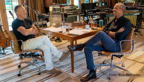 """Der ehemalige US-Präsident Barack Obama und Rockstar Bruce Springsteen machen in einem Podcast gemeinsame Sache. Ihre Gesprächsreihe """"Renegades: Born in the USA"""" ist nun auch bei Spotify in Deutschland verfügbar. (Foto: Rob DeMartin)"""