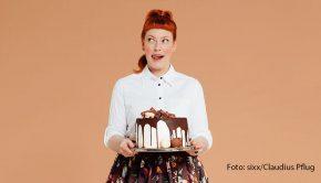 """Das neue Jahr beginnt mit einer aktuellen Folge des Podcasts """"Sweet & Easy"""". Enie van de Meiklokjes und ihr Co-Host Ole Lehmann stellen darin ihre ganz persönlichen Koch- und Backbuch-Favoriten vor. (Foto: sixx/Claudius Pflug)"""