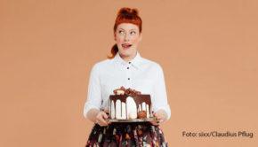 """Wie man Essen perfekt ins Bild setzt, erzählt Food-Fotografin Leonie Hinrichs in der heute veröffentlichen Episode von """"Sweet & Easy"""". Der Podcast wird von Enie van de Meiklokjes und Comedian Ole Lehmann moderiert. (Foto: sixx/Claudius Pflug)"""
