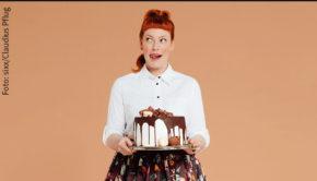 """Enie van de Meijklokjes kehrt ab Samstag mit neuen Folgen von """"Sweet & Easy – Enie backt"""" ins TV-Programm von sixx zurück. Zudem gibt's künftig auch einen Podcast-Ableger des Formats, den die Backexpertin mit dem Comedian Ole Lehmann moderiert. (Foto: sixx/Claudius Pflug)"""