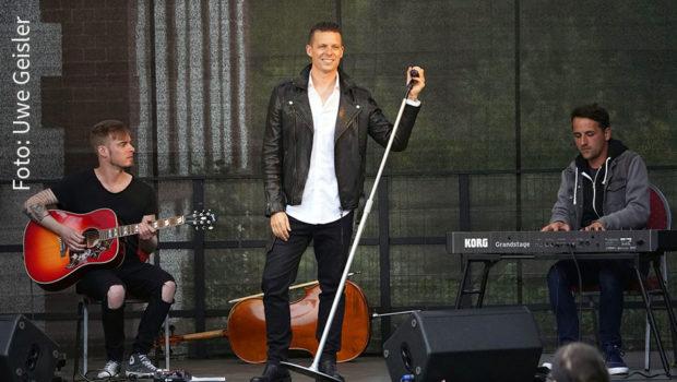 The Dark Tenor steht wieder regelmäßig vor Publikum auf der Bühne. Der Deutsch-Amerikaner wird am Samstag erneut eine ausverkaufte Show in Werder an der Havel spielen. Weitere Sommer-Konzerte in Oldenburg, Wiesbaden und noch einmal in Werder sind bereits angekündigt. (Foto: Uwe Geisler)