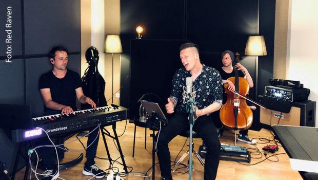 In Trio-Besetzung trat Billy Andrews alias The Dark Tenor am Sonntagabend in einem Berliner Studio auf. Das Konzert wurde als Live-Stream im Internet übertragen. (Foto: Red Raven)