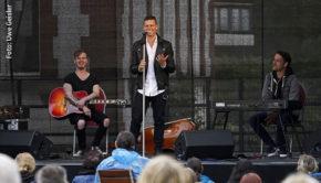 """Ein gelungenes """"Picknick-Konzert"""" brachten The Dark Tenor und seine beiden musikalischen Mitstreiter am Samstag in Werder an der Havel auf die Open-Air-Bühne. Für den 18. Juli ist dort eine weitere Show des Crossover-Künstlers angekündigt. (Foto: Uwe Geisler)"""