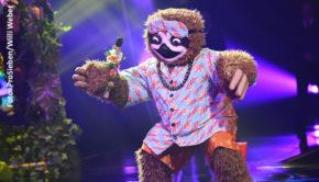 """Das """"Faultier"""" machte zuletzt in der ProSieben-Show """"The Masked Singer"""" seinem Namen keine Ehre und legte sich stattdessen mit """"Kiss"""" von Prince mächtig ins Zeug. Ob tatsächlich Entertainer Stefan Raab in dem Kostüm sein TV-Comeback gibt, könnte sich schon zu Beginn der heutigen Live-Sendung herausstellen. (Foto: ProSieben/Willi Weber)"""