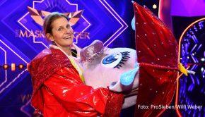 """Nicht der von manchen im Vorfeld vermutete Ex-Profifußballer Bastian Schweinsteiger verbarg sich unter dem Kostüm des """"Schweins"""", aber dafür eine fußball-affine Moderatorin: Katrin Müller-Hohenstein lüftete gestern als erste Teilnehmerin von Staffel 4 der ProSieben-Show """"The Masked Singer"""" ihre Inkognito. (Foto: ProSieben/Willi Weber)"""