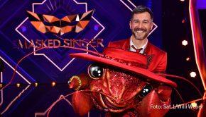 """Moderator und Schauspieler Jochen Schropp ließ am Ende der gestrigen Ausgabe der ProSieben-Show """"The Masked Singer"""" die Maske fallen. Er hatte sich unter dem Kostüm des Hummers verborgen. (Foto: Sat.1/Willi Weber)"""