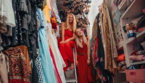Funkelnde Kleider, extravagante High Heels und bunte Tücher, soweit das Auge reicht: Für Webvideoproduzentin und Instagrammerin TheBeauty2Go gab es in Sonya Kraus' Modeparadies in Frankfurt viel zu entdecken. (Foto: The Beauty2Go)