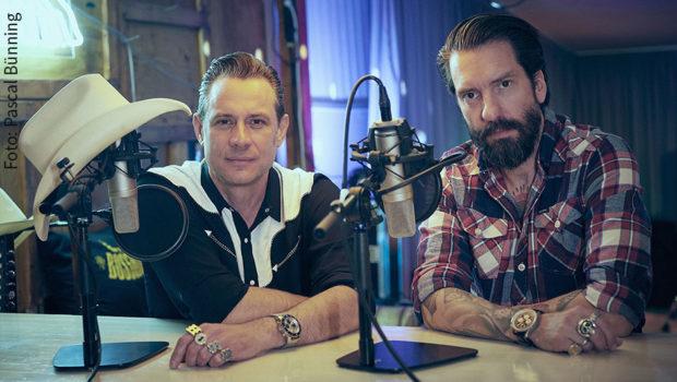 """Als Musiker sind Sascha Vollmer und Alec Völkel mit ihrer Band The BossHoss seit vielen Jahren erfolgreich. Nun starten sie ihre eigene Radioshow """"Rodeo Radio"""", die ab Samstag alle 14 Tage auf Radio BOB! zu hören sein wird. (Foto: Pascal Bünning)"""