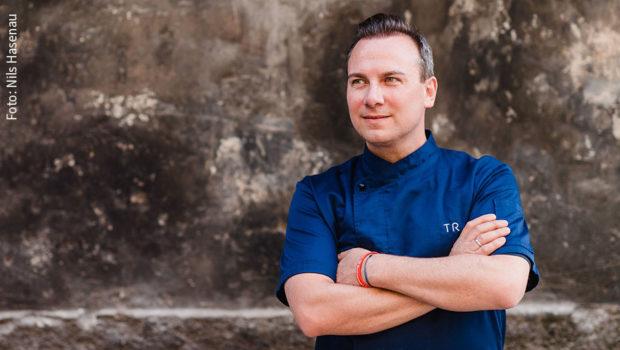 """Spitzenkoch und Unternehmer Tim Raue engagiert sich in der Initiative """"#WirSindGekommenUmZuBleiben"""" für die Belange des Gastgewerbes in Zeiten der Corona-Krise. In diesem Rahmen steht er heute Nachmittag bei einem """"Gastro-Live-Chat"""" mit seinem Gastro-Kollegen Bastian Minx Rede und Antwort. (Foto: Nils Hasenau)"""