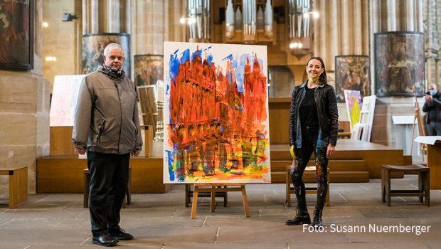 Gemeinsam mit Weihbischof Reinhard Hauke präsentierte die Erfurter Künstlerin Tina Reichel ihre neuesten Bilder im Dom ihrer Heimatstadt. Zum ersten Mal überhaupt findet in dem Gotteshaus eine Ausstellung moderner Kunst statt. Zu sehen ist sie noch bis zum 23. April. (Foto: Susann Nuernberger)