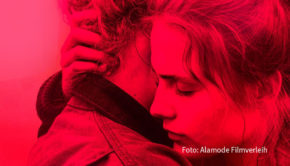 """Gerade erst war der Spielfilm """"Und morgen die ganze Welt"""" als Weltpremiere beim Festival in Venedig zu sehen. Nun eröffnet er am heutigen 14. September das Programm für akkreditierte Besucher bei der Filmkunstmesse Leipzig. (Foto: Alamode Filmverleih)"""