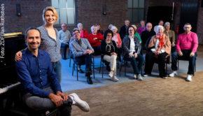 """Annette Frier und Eddi Hüneke haben drei Monate lang mit dementen Sängerinnen und Sängern gearbeitet. Das besondere musikalische Projekt wird in der Serie """"Unvergesslich – Unser Chor für Menschen mit Demenz"""" dokumentiert, die ab Dienstag in der ZDF-Mediathek abrufbar ist. (Foto: ZDF/Jan Rothstein)"""