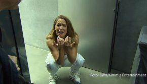 """Verstehen Sie Spaß?"""": Vanessa Mai erlebt Horror-Videodreh (Foto: SWR/Kimmig Entertainment)"""