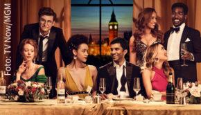 """25 Jahre nach dem Kinostart des Originals wird die romantische Komödie """"Vier Hochzeiten und ein Todesfall"""" als Serie neu erzählt. In Deutschland wird sie auf Vox und TV Now zu sehen sein. (Foto: TV Now/MGM)"""