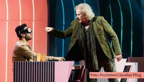 """Wie wichtig es ist, eine blickdichte Brille zu überprüfen, weiß Thomas Gottschalk noch aus seiner """"Wetten, dass..?""""-Zeit. Nachdem er Joko Winterscheidt im wahrsten Sinne des Wortes die Show gestohlen hat, sieht der Routinier heute auf ProSieben u.a. bei Elyas M'Barek nach dem Rechten. (Foto: ProSieben/Claudius Pflug)"""