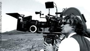 """Am morgigen Donnerstag kommt der Dokumentarfilm """"Wim Wenders, Desperado"""" in die Kinos. Eric Friedler und Andreas """"Campino"""" Frege zeichnen darin die Laufbahn des renommierten Filmemachers nach, der im August 75 Jahre alt wird. (Foto: NDR/Wim Wenders Stiftung/Peter Lindbergh)"""