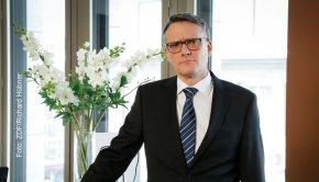 Der Moderator (Ralf Kabelka) führt in angemessener Seriosität durch die Sendung.