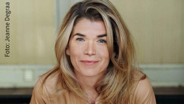 """In der neuen Netflix-Serie """"Das letzte Wort"""" geht es tragikomisch zu: Anke Engelke ist in der Hauptrolle als Trauerrednerin zu sehen. (Foto: Jeanne Degraa)"""