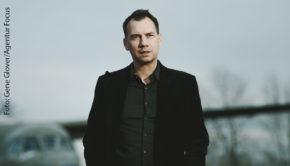 Der erfolgreiche Schriftsteller Sebastian Fitzek ist am Samstag bei barba radio zu Gast. Im Interview berichtet er u.a. über seine frühen beruflichen Ambitionen und erklärt, warum er heute doch froh ist, kein Musiker geworden zu sein. (Foto: Gene Glover/Agentur Focus)