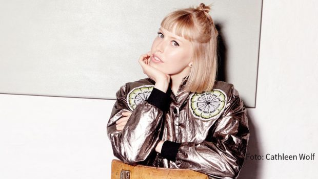 Am 14. November ist LEA zu Gast bei barba radio. Die Singer-Songwriterin, die selbst aus einem musikalischen Elternhaus stammt, spricht im Interview u.a. über ihren ersten Berufswunsch. (Foto: Cathleen Wolf)