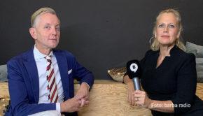 """Am Samstag läuft die 100. Ausgabe der Talkshow """"Mit den Waffeln einer Frau"""" auf barba radio. Gastgeberin Barbara Schöneberger begrüßt dazu den Sänger Max Raabe im Studio. (Foto: barba radio)"""