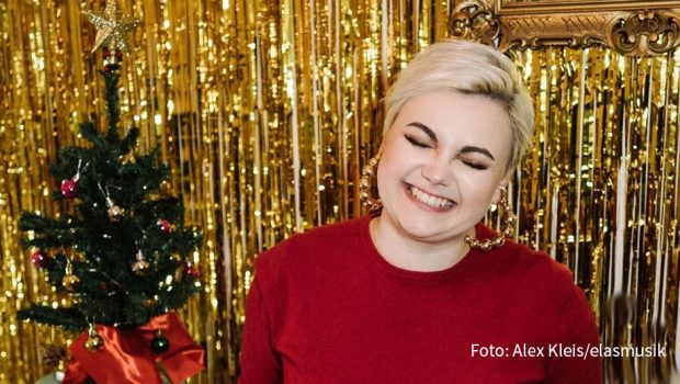"""In Zeiten ohne Live-Auftritte bleibt Sängerin und Songwriterin Ela mit ihren Fans via Social Media in Kontakt. Am heutigen 1. Dezember hat sie virtuell das erste Türchen von """"Elas Adventskalender"""" geöffnet. (Foto: Alex Kleis/elamusik)"""